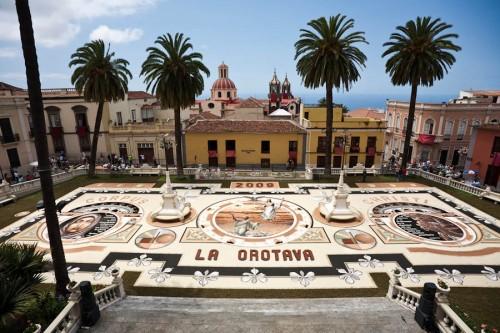 Bereits vier Wochen vor dem Fest wird mit dem großen Sandbild auf dem Rathausplatz begonnen.