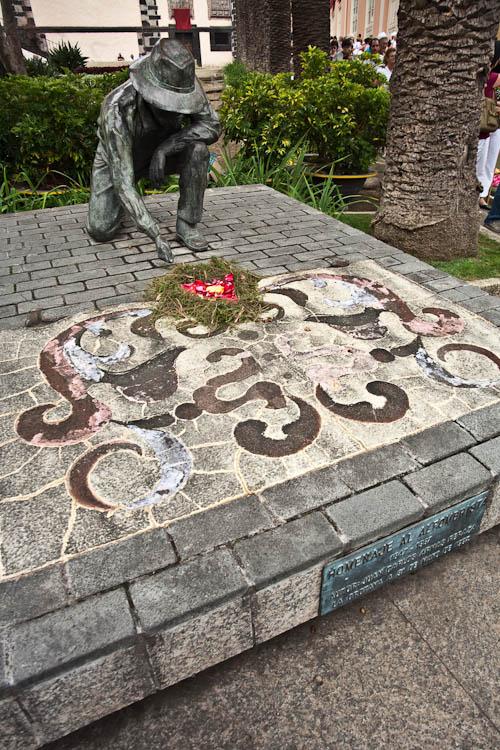 <em>Homenaje al Alfombrista</em> – das Denkmal wurde zu Ehren der Blumenteppichleger errichtet.