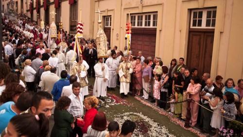 Die Prozession schreitet über die prachtvollen Blumenteppiche.