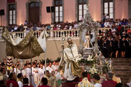 Die Monstranz wird vom Podest genommen. Kurz darauf wird sie dem Bischof überreicht werden, um die Anwesenden zu segnen.