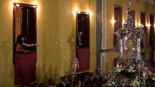 Anwohner Ehren den Leib Christi, indem sie Blumen aus den Fenstern streuen.