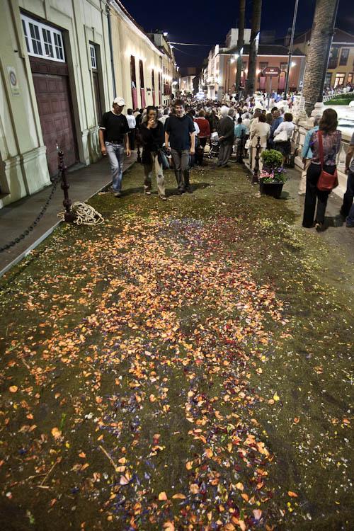 Nach der Prozession sind die Blumenteppiche zerstört.