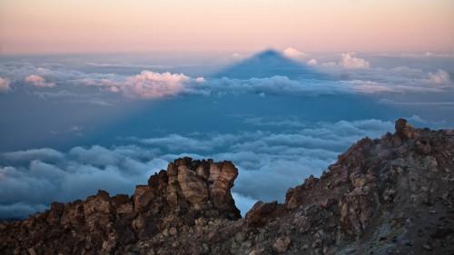 Um den Sonnenaufgang vom Gipfel und Teide-Schatten zu sehen, der sogar die benachbarte Insel La Gomera erreicht, muss man früh aufstehen.