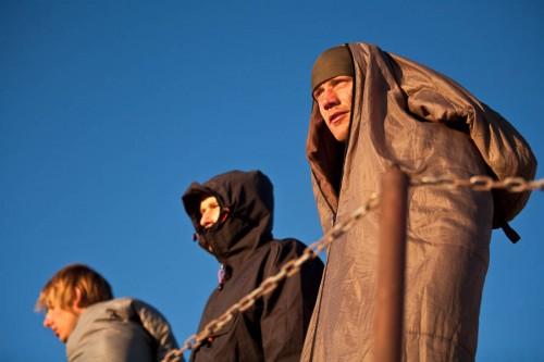 Jeder wappnet sich auf seine Weise gegen die steife Brise und die -5 °C Kälte auf dem Gipfel.