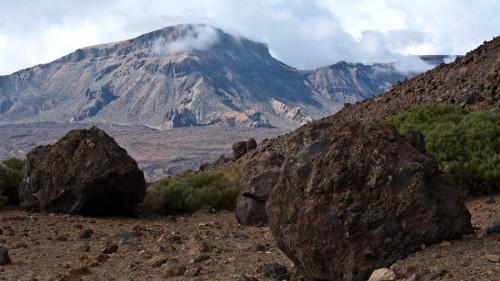 "Der Weg ist mit schweren Vulkanbombem gespickt – den sogenannten ""Huevos del Teide"", den Teide-Eiern."