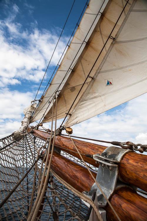 Blick auf die drei Vorsegel der Thor Heyerdahl: Außenklüver, Klüver und Innenklüver.