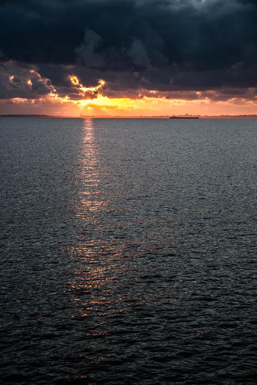 Die schönsten Sonnenuntergänge sind immernoch auf See zu haben.
