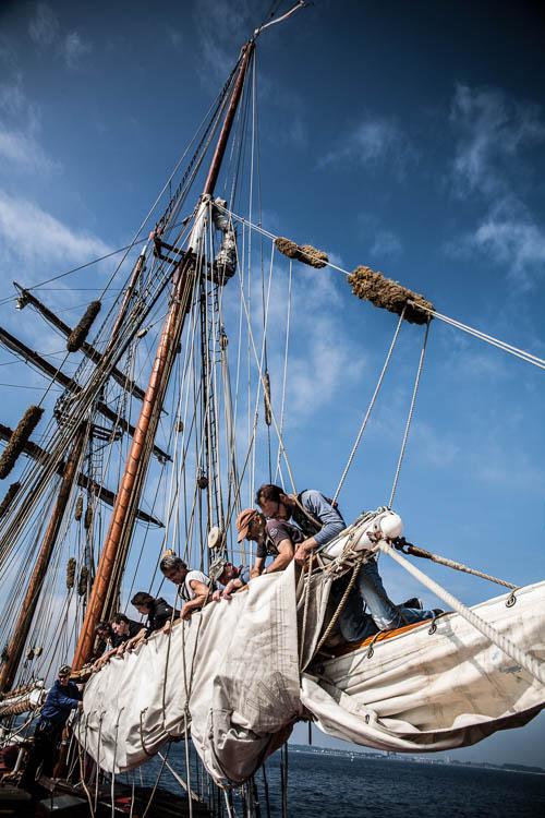 Packen des Großsegels vor der Einfahrt nach Kiel