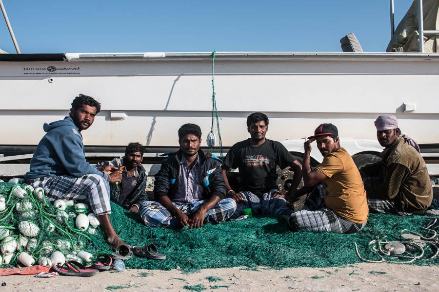 Fischer beim Flicken ihrer Netze in Mirfa