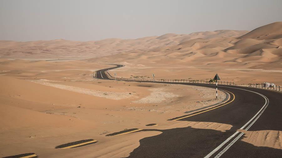 Die Straße schlängelt sich durch die endlosen Weiten der Wüste.