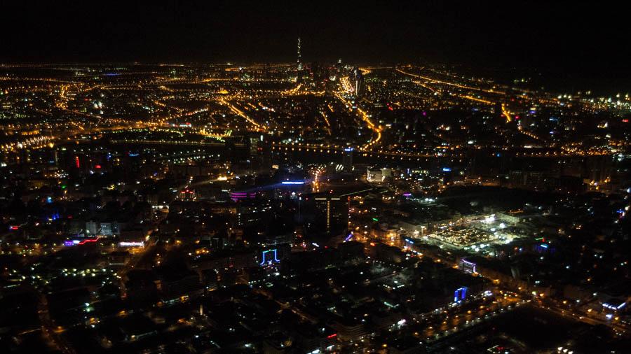 Dubai von oben – der Burj Khalifa ragt, im wahrsten Sinne des Wortes, heraus.