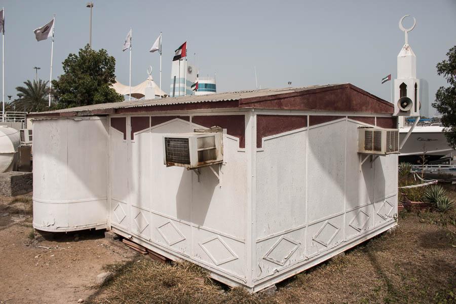 Sehr kleine und einfache Moschee in Abu Dhabi